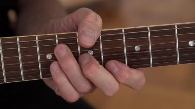 Gitarrist Durchführung Riffs auf e-Gitarre