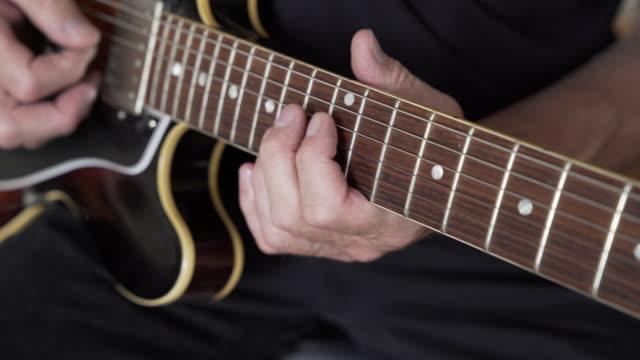 gitarrist durchführung riffs auf e-gitarre - musiker stock-videos und b-roll-filmmaterial