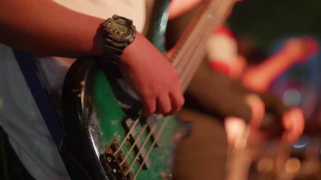 gitarrist spielt eine gitarre in nachtclub - griffbrett stock-videos und b-roll-filmmaterial
