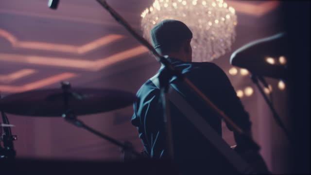 vídeos de stock, filmes e b-roll de guitarrista tocando uma guitarra - rock moderno