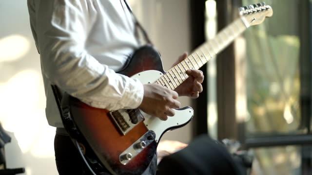 vídeos de stock, filmes e b-roll de guitarrista tocando uma guitarra - violão