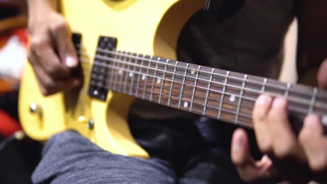 vídeos de stock, filmes e b-roll de guitarrista que joga uma guitarra elétrica. - rock moderno