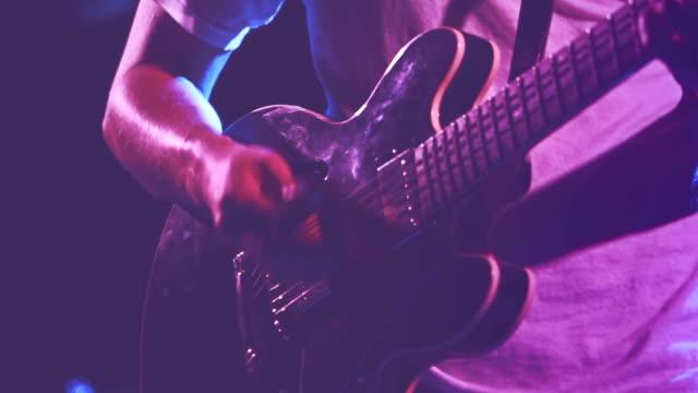 vídeos de stock, filmes e b-roll de guitarrista tocando guitarra - chord