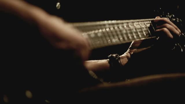 vídeos de stock, filmes e b-roll de guitarrista tocando violão, visual vintage - guitarist