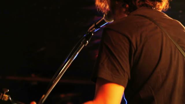 vídeos de stock, filmes e b-roll de guitarrista tocando no palco - guitarist