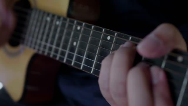 Gitarist speelt gitaar.