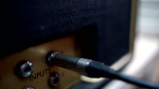 vidéos et rushes de guitariste plug in on guitar amplifier - amplificateur