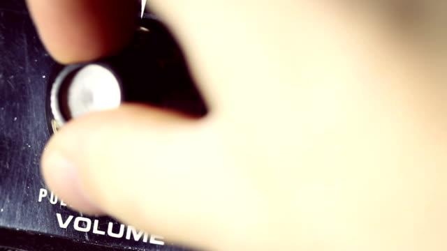 stockvideo's en b-roll-footage met guitarist push up the volume on amplifier - oefeningen met lichaamsgewicht