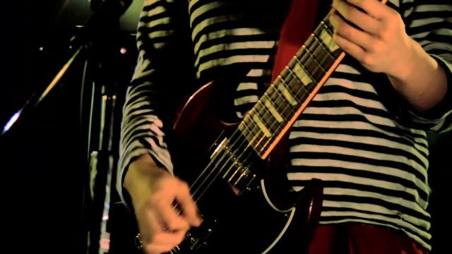 vídeos de stock e filmes b-roll de tocadora de violão cantar em palco. plano-up - música heavy metal