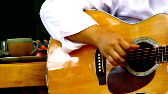 vídeos de stock, filmes e b-roll de guitarrista - violão acústico
