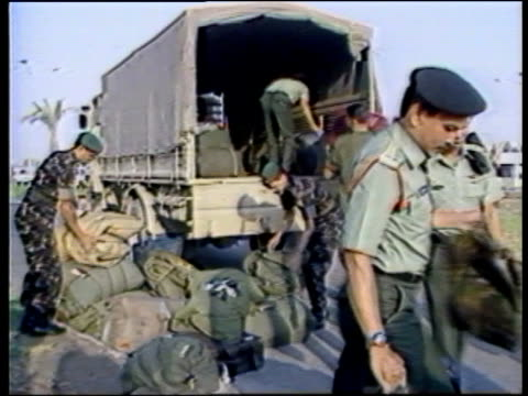 gulf ceasefire / un troops; itn iraq: baghdad: ext cockpit windows of hercules transport plane pull out as taxis along towards gv troops stand around... - イラク点の映像素材/bロール