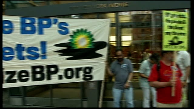 stockvideo's en b-roll-footage met bp under more pressure from usa / share prices fall usa ext protesters holding banner 'seize bp's assets' pan to more protesters close shots of... - bp