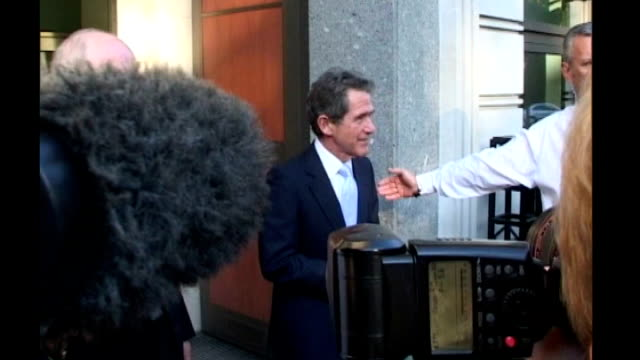 stockvideo's en b-roll-footage met latest 'repair' effort fails bp shares plummet t01050707 england london ext british petroleum chief executive officer lord john browne facing press... - bp