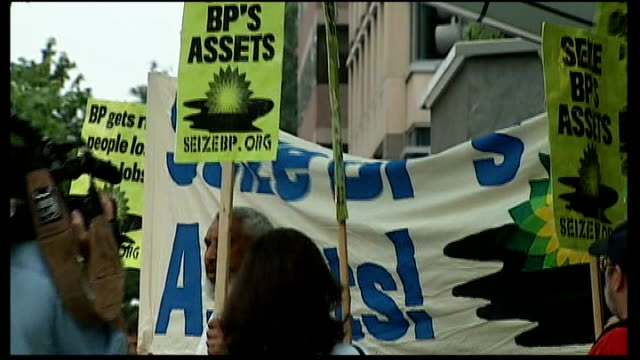stockvideo's en b-roll-footage met progress made towards capping leak washington dc antibp protest outside building and banners and placards calling for bps assets to be seized mara... - bp