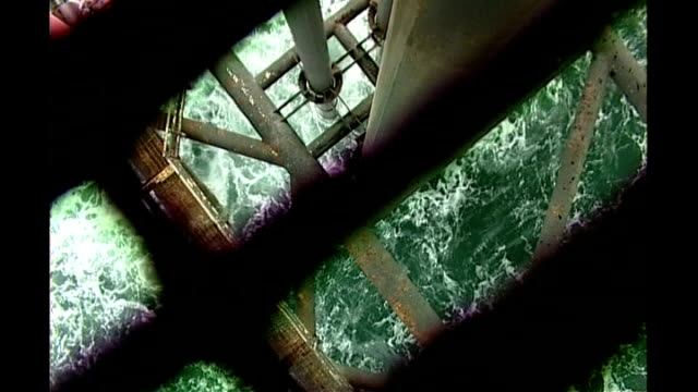 vidéos et rushes de tony hayward criticised by president obama's chief of staff location metal bars and struts of oil rig platform pull focus sea washing against... - marée noire