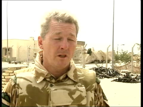 vídeos y material grabado en eventos de stock de british officer cleared of mistreating iraqis news at ten u'lay iraq ext cms lieutenant colonel tim collins of the royal irish regiment speaking int... - regimiento