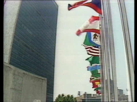 vidéos et rushes de gulf war chemical weapons charge; usa, new york un av flags of member nations by un building lms flags flying as building in b/g - matière chimique