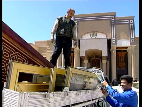 vídeos de stock, filmes e b-roll de day 23 channel 4 news itn for itv pan to saddam hussein's palace in centre of lake looters' cars gathered outside palace entrance tms bathroom... - palacio