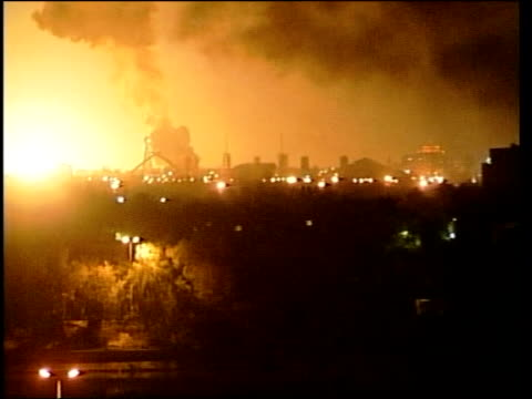 vidéos et rushes de lunchtime news bulletin; john irvine - lunchtime bulletin itn for itv iraq: baghdad: ext/night anti-aircraft fire in sky above baghdad huge explosion... - terrorisme