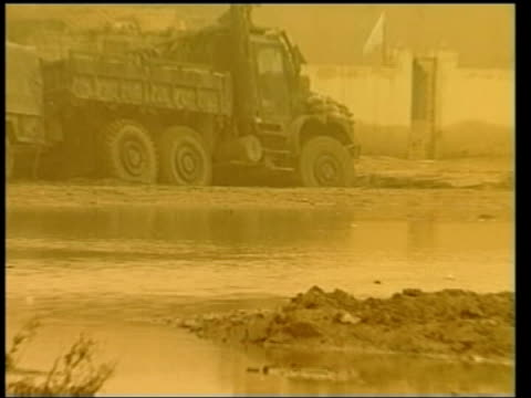 day 7 news at ten iraq nassiriya us marines and vehicles parked in desert during sandstorm gv us jeeps stranded in mud marines standing around in mud... - itv news at ten stock-videos und b-roll-filmmaterial