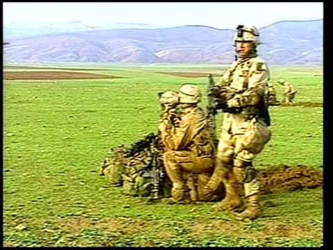 evening news; itn for itv us paratroopers digging in around airfield vox pops soldier sot soldiers preparing positions kurdish soldiers standing... - itv evening news stock-videos und b-roll-filmmaterial