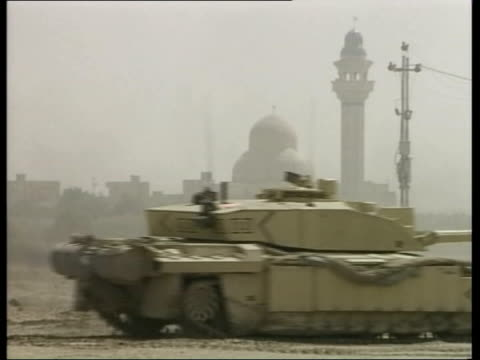 day 8 evening news iraq basra gvs british challenger tanks of the 7th armoured brigade along in desert column of challengers and warrior armoured... - bassora video stock e b–roll