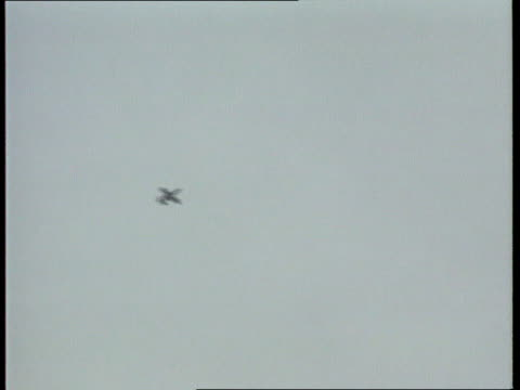 friendly fire deaths; g/air us air force a-10 thunderbolt in flight unused rushes 26.2.91/itn - イラク点の映像素材/bロール