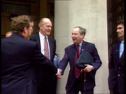 gulf war syndrome; itn england: london: mod: george robertson mp & dr john reid mp greeting gulf war veterans including tony flint on the steps... - audio available bildbanksvideor och videomaterial från bakom kulisserna