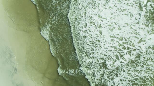 stockvideo's en b-roll-footage met golfgolven die op het strand van florida verpletteren - golf van mexico
