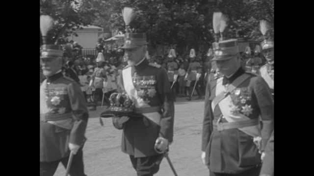 vídeos y material grabado en eventos de stock de a gun caisson rolls past with ferdinand's body and a shako hat on top the crown is carried past by a military officer / romanian orthodox church... - accesorio de cabeza