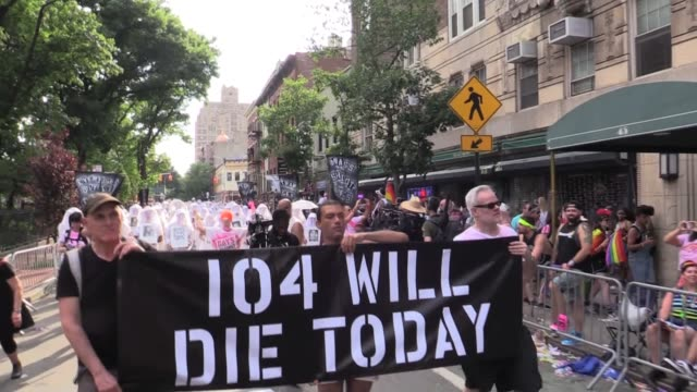 gun control activists gays against guns hold diein in front of stonewall followed by 104 'human beings' veiled marchers holding pictures honoring the... - protesta contro la violenza armata video stock e b–roll