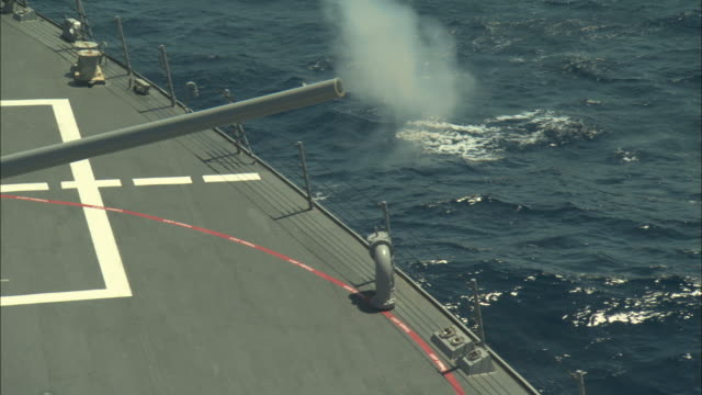 ms, zo, ha, gun firing from military ship - kriegsschiff stock-videos und b-roll-filmmaterial