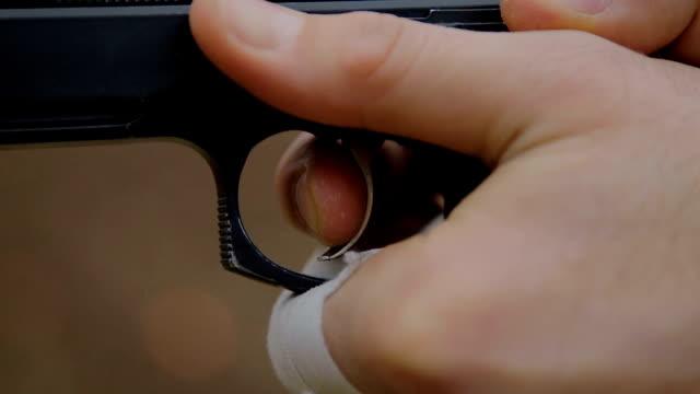 Pistole in der Hand, b-roll