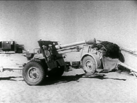 b/w 1965 gun on vehicle in desert / suez crisis / middle east / educational - 1956年点の映像素材/bロール