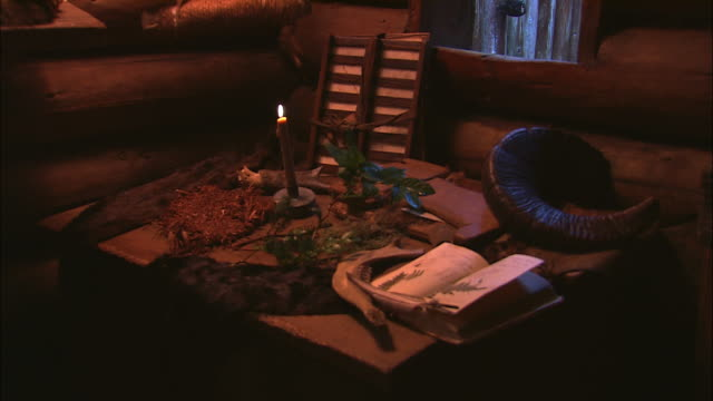 gun powder, a journal and other instruments and equipment are seen on a desk in a cabin. - espansione verso l'ovest video stock e b–roll