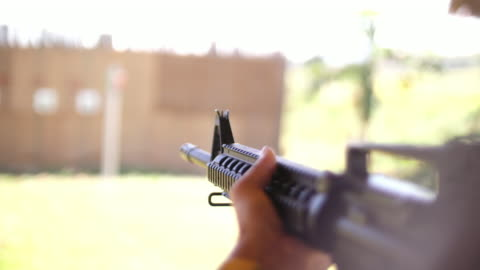 vídeos de stock e filmes b-roll de gun ready for shooting, 4k - corpo de fuzileiros da marinha americana