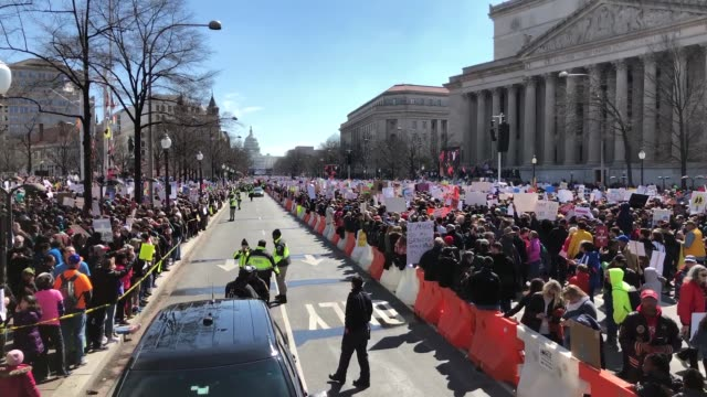 vídeos de stock, filmes e b-roll de gun reform advocates line pennsylvania avenue while attending the march for our lives rally march 24 2018 in washington dc hundreds of thousands of... - march for our lives