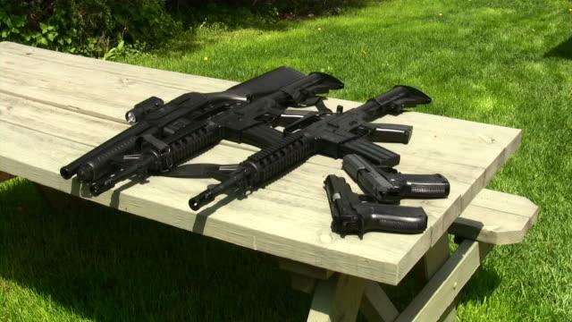vídeos y material grabado en eventos de stock de pistola; rifle, máquina armas. policía militar, ejército. - cinco objetos