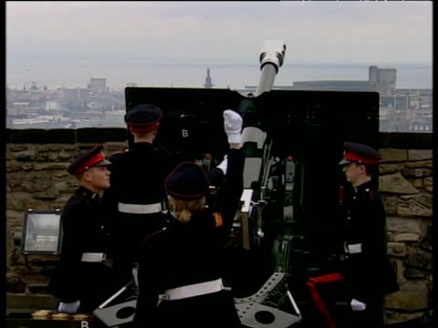 gun salute at edinburgh castle in celebration of queen mother's 100th birthday; 04 aug 00 - edinburgh castle stock videos & royalty-free footage
