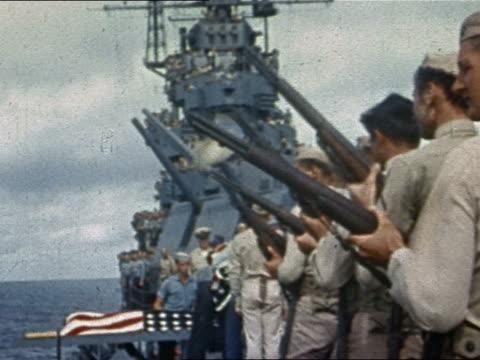 vidéos et rushes de wwii gun salute during burial at sea ceremony on uss yorktown / pacific ocean - marinière