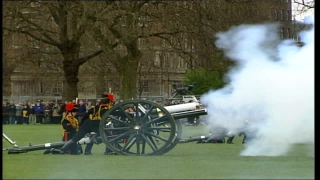 stockvideo's en b-roll-footage met gun salute for queen elizabeth ii's 75th birthday england london hyde park ext kings troop royal horse artillery fire gun salute for queen elizabeth... - britse leger