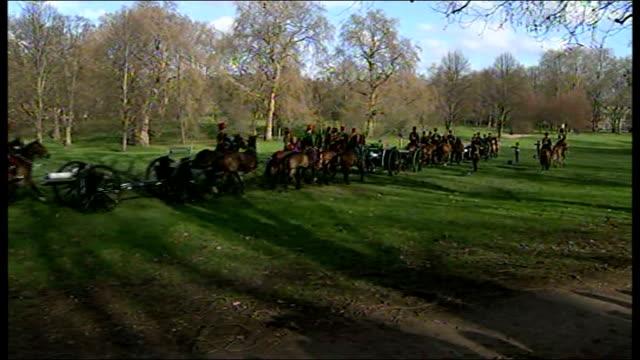 vídeos de stock, filmes e b-roll de gun salute in green park ***audio cavalry along pulling heavy guns / guns unclipped and set up ready to fire - parque green
