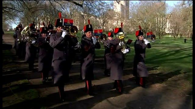 vídeos de stock, filmes e b-roll de london start*** military band along / military band playing in park - parque green