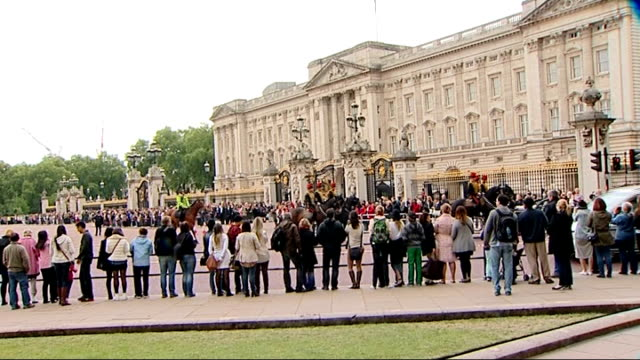 vídeos de stock, filmes e b-roll de london ext people outside buckingham palace watching horses being riden along - parque green