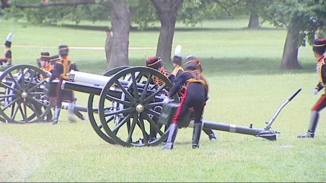 vídeos de stock, filmes e b-roll de gun salute in green park **music heard intermittently sot** artillery officers along and moving cannons into position / horses being riden away /... - parque green