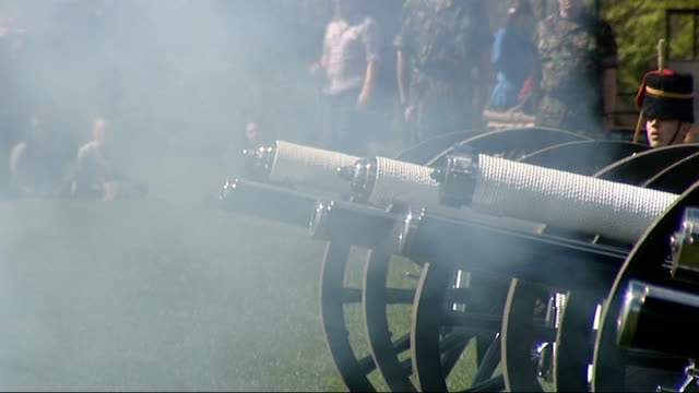 41 gun salute to mark queen's 84th birthday troopers unhitching and setting up field guns / gun salute fired under orders of female officer / horses... - royal horse artillery stock videos and b-roll footage