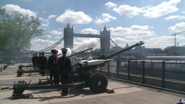 vídeos y material grabado en eventos de stock de gun salutes were fired across london on monday to celebrate the 60th anniversary of queen elizabeth iis coronation including a 62 round royal salute... - regimiento