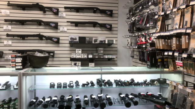 stockvideo's en b-roll-footage met gun shop in north georgia usa - vuurwapenwinkel