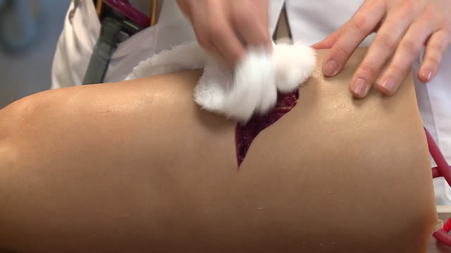 stockvideo's en b-roll-footage met gun shot wound treatments demonstrated on fake leg in chicago on may 24, 2018. - eerste hulp