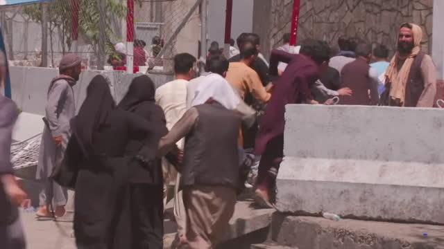 vídeos y material grabado en eventos de stock de gun shots fired into air as people run towards airport in kabul to flee afghanistan as the taliban take over the city - kabul